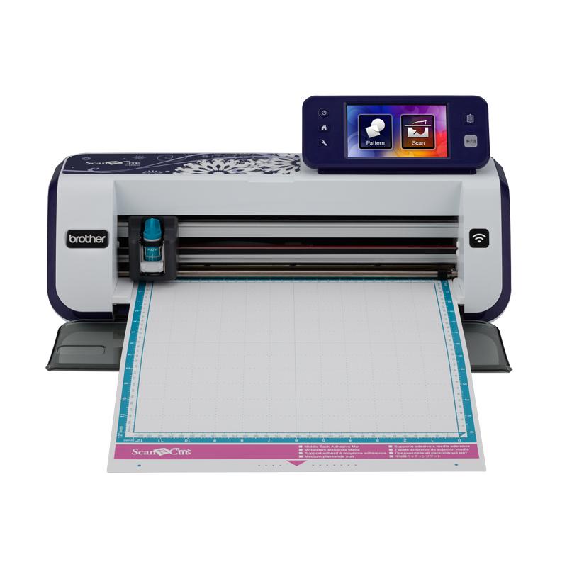 Плоттер раскройный Brother CM900Принтеры ткани (плоттеры)<br>Плоттер (принтер для ткани) Brother CM 900 ScanNCut – это специальное устройство для резки контуров и рисования на различных материалах. Дизайн для вырезания можно выбрать из 1102 встроенных, отсканировать образец и определить контур на нем, а так же загр...<br>