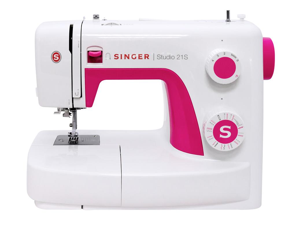 Singer Studio 21sSinger<br>Швейная машинка Singer Studio 21s. Имеет горизонтальное челночное устройство, выполняет 21 операцию, есть нитевдевающее устройство. В комплекте имеет 4 лапки, мягкий чехол.<br>
