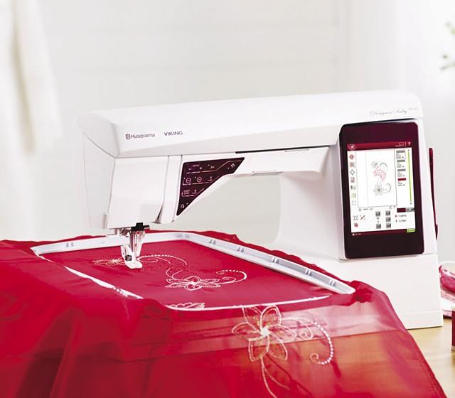 RucenkaШвейно-вышивальные модели HUSQVARNA VIKING® DESIGNER RUBY Deluxe™, разработанные в Швеции, имеют богатый набор функций, позволяющий реализовать все Ваши желания! Прикосновение к яркому сенсорному дисплею вызывает настоящий восторг. Самое время создать пот...<br>