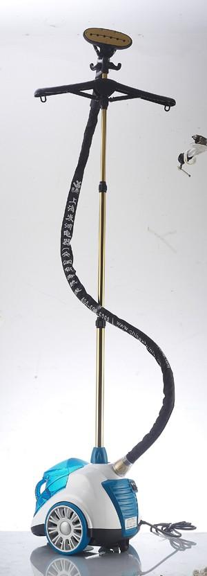 Отпариватель VST-202SVapoSteam<br>Отпариватель VapoSteam. Модель VST202S предназначена для вертикального отпаривания изделий из легких и средних тканей. Отпариватель VST 202S отличают поверхность из металла, вращающаяся ручка для легкого снятия одежды, телескопическая алюминиевая стойк...<br>
