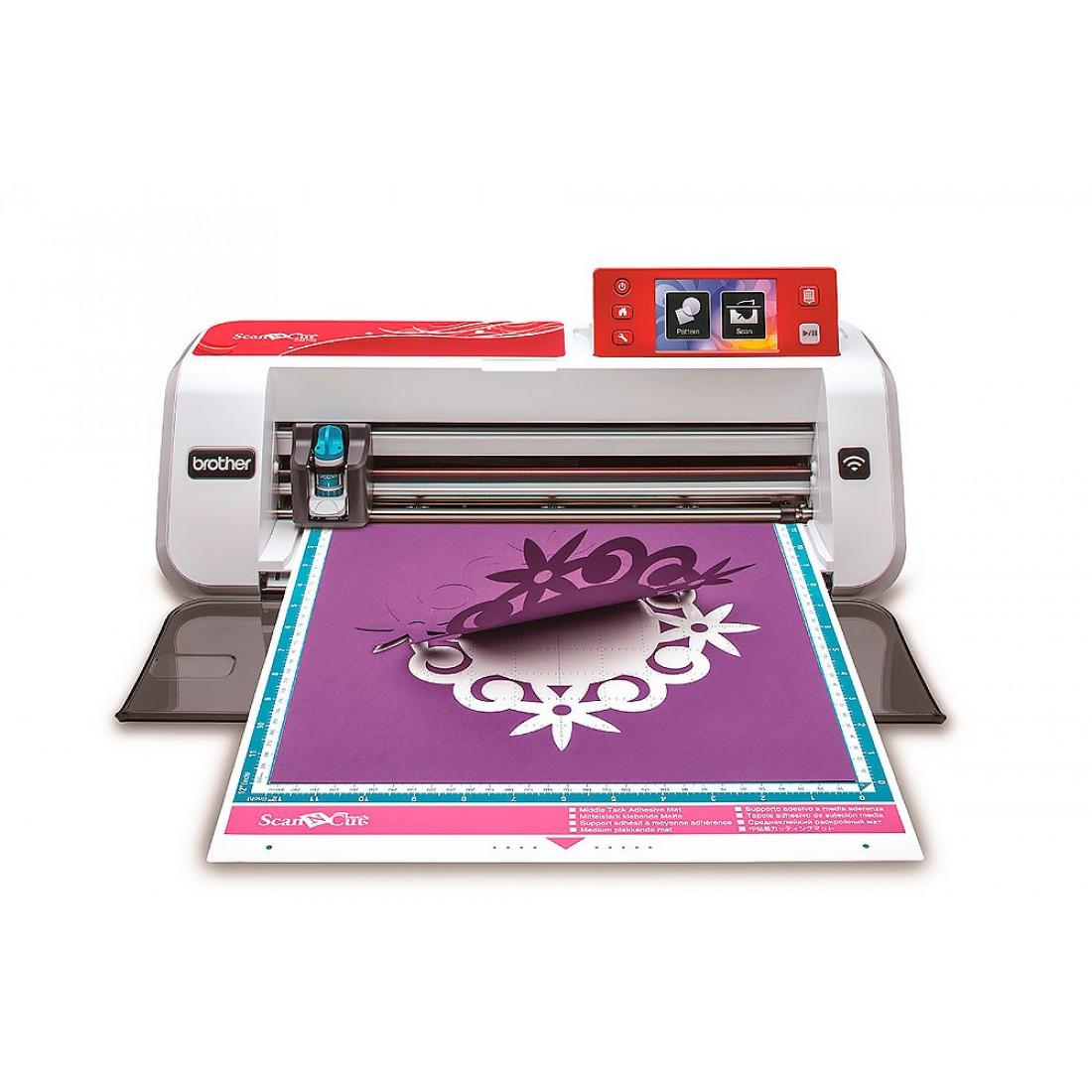 Плоттер раскройный Brother CM700Принтеры ткани (плоттеры)<br>Плоттер (принтер для ткани) Brother CM 700 ScanNCut – это специальное устройство для резки контуров и рисования на различных материалах. Дизайн для вырезания можно выбрать из 630 встроенных, отсканировать образец и определить контур на нем, а так же з...<br>