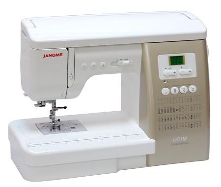 Janome QC 2325 (юбилейный выпуск QC1M)Janome<br>Швейная машина Janome QC 1M. 54 строчки, 6 видов петель в автоматическом режиме. Регулятор давления лапки на ткань. Жесткий чехол. 12 лапок.<br>